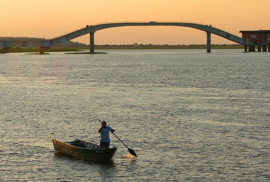 """""""Lá vai uma chalana/bem longe se vai/navegando no remanso/do rio Paraguai"""" – Chalana – música de Mário Zan"""